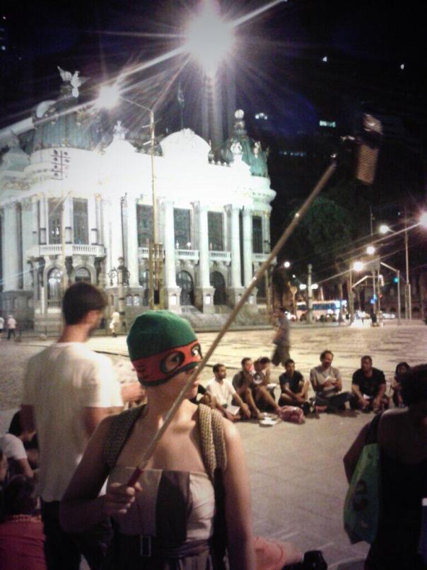 A streamer do coletivo Rio na Rua apostou num vestido longo e inovou com a primeira grua de smartphone vista nas manifestações de rua no RJ.