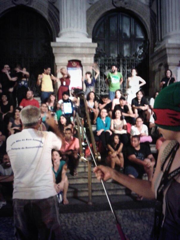 """Rapper Presidente empolga a multidão: """"Cabral, bandido, cadê o Amarildo?"""" foi um dos sucesso entoados pelo músico."""