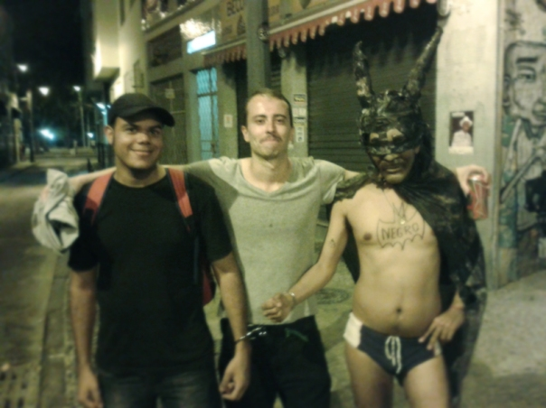 O apresentador Rafucko com o manifestante Bruno Teles, também preso com flagrante forjado pela PM, e Batman Pobre.