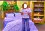 Uma mulher vendendo cobertor no Shoptime por 15minutos